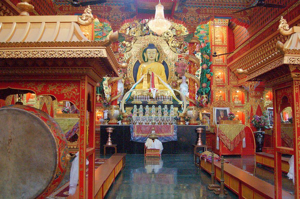 1024px-Buddha_statue_inside_a_Tibetan_Buddhist_temple,_Sarnath.jpg