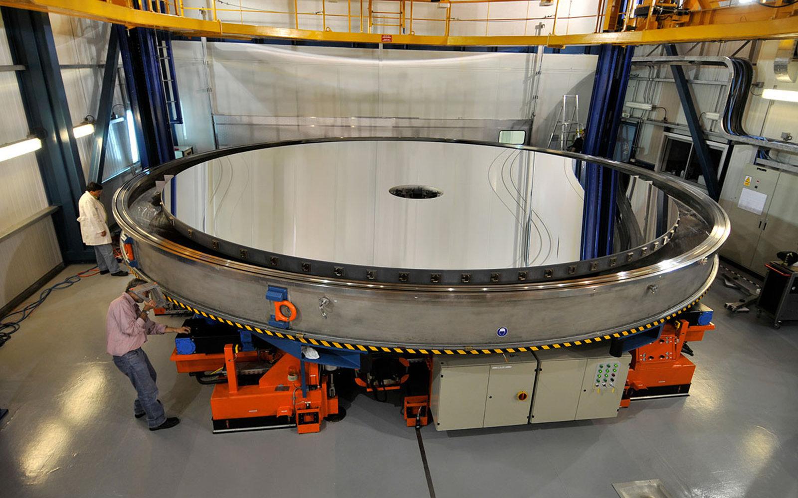 8.2-m_primary_mirror_of_Yepun,_Unit_Telescope_4_of_ESO's_Very_Large_Telescope.jpg