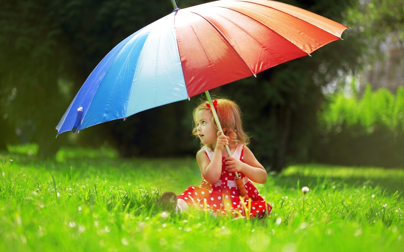 Beautiful-cute-baby-girl-with-umbrella.jpg