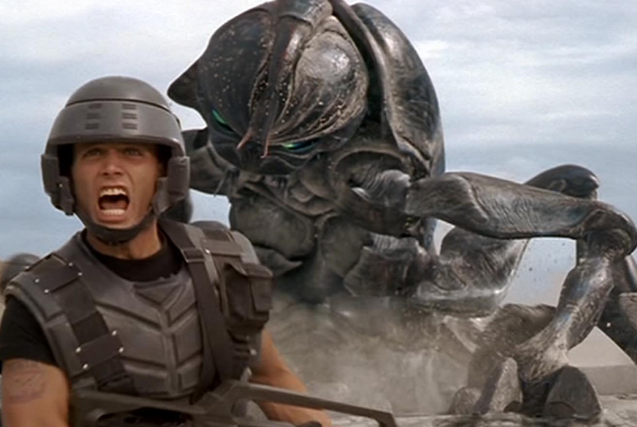 Starship-Troopers-Photo-Casper-Van-Dien-Johnny-Rico-Insecte-Geant.jpg
